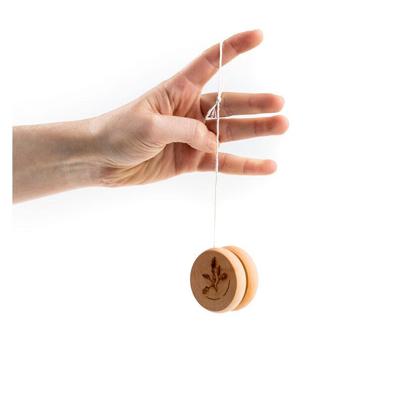 Drewniane jojo z grawerowaną gałązką dębu i logo Muzeum Pamięci Sybiru
